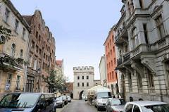 Historische Altstadt von Toruń -  Mostowa / Brückenstraße; im Hintergrund das Brückentor - Teil der alten Stadtbefestigung zur Weichsel.
