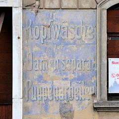 Fassadenschild in Meißen; Geschäfts-Aufschrift Kopfwäsche, Damen seperat - Puppenarbeiten.