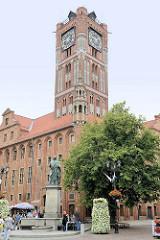 Altstädtisches Rathaus von Toruń - Backsteingotik des 13. Jahrhunderts, Umbau im 18. Jhd. / 19. Jhd. Im Vordergrund das Kopernikus Denkmal / Bronzeskulptur.