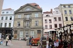 Souvenirstände auf der Mostowa / Brückenstraße in Toruń  - Blick zu Geschäftshäusern in der Szeroka.
