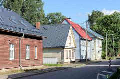 Wohnhäuser mit unterschiedlich farblich gestalteten Hausfassaden und Dächern - Straße Kartuli in Tartu.