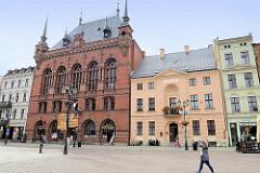Alter Marktplatz von Toruń - Gebäude lks. Artushof; Ursprungsgebäude aus dem 14. Jahrhundert - jetziges aus dem späten 19. Jahrundert - Baustil Neorenaissance, eingeweiht 1891.