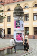 Alte Litfasssäule aus Stein - Plakate, Neuer Markt von Toruń.