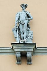 Skulptur am an der Fassade vom Bankgebäude - Spar- und Darlehensvereinigung Tartu; klassizistische Architektur am Rathausplatz von Tartu / Raekoja plats.