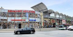 Moderne Geschäftsarchitektur mit Parkhaus, Neumarkt Arkaden in Meißen - Ladenzentrum.