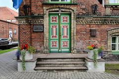 Farbig gefasste Holztür / Eingangstür  vom Humanitaar Gümnaasium in Pärnu.