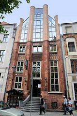 Versicherungsgebäude, historische gotische Backsteinarchitektur mit modernem Glasgiebel - Żeglarska, Toruń.