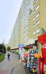 Lange Front eines Hochhausblocks - kleiner Kiosk mit Getränkeautomat; Straße Bartosza Głowackiego in Toruń.