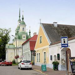 Historische Wohnhäuser in der Uus  / Pärnu - im Hintergrund die orthodoxe Katharinenkirche, erbaut 1768.