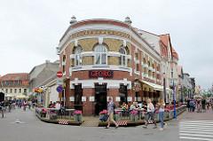 Eckgebäude mit runder Ziegelfassade - Cafe Georg, Rüütli in Pärnu / Fussgängerzone.