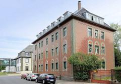 Verwaltungsgebäude mit Keramikfassade und Relieffliesen - Gebäude der Keramikfabrik in Cölln-Meißen.