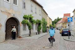 Denkmalgeschützte Wohnhäuser in der Elbstraße von Belgern - erbaut um 1800; historische Architektur.