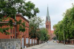 Blick durch die Straße Inżyniera Architekta Kazimierza Gregorkiewicza zur neugotischen Garnisonskirche St. Katharinen in Toruń.