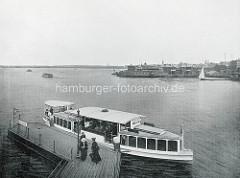 Altes Hamburg-Foto von der Aussenalster - ein Alsterdampfer hält an der Anlegestelle Lombardsbrücke; im Hintergrund das Restaurant / Badeanstalt Alsterlust und Häuser vom Hamburger Stadtteil St. Georg.