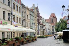 Fussgängerzone, Einkaufsstraße Chełmińska in Toruń - im Hintergrund der gotische Dom St. Johannes.