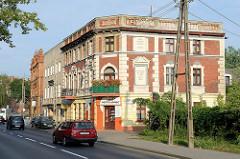 Gründerzeitgebäude - Wohnhäuser / Geschäftshaus in der Straße Poznańska in Toruń - Steininschrift in der Hausfassade, Baptistenkirche.