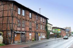 Alte Fachwerkgebäude mit Ziegelfüllung - leerstehende Geschäfte in der Straße Podgórna von Torun.