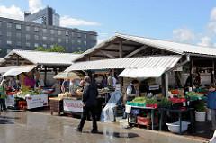 Marktstände an der Soola in Tartu - Verkauf von frischem Gemüse.