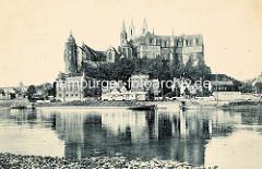 Historische Ansicht der Elbe bei Meißen; Raddampfer / Ausflugsdampfer auf dem Fluss, dahinter der Burgberg der Albrechtsburg - spätgotisches Architekturdenkmal, einer der ersten Schlossbauten in Deutschland; errichtet 931. Dahinter der St. Joh
