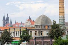 Panorama von Meißen - Gewerbe und Kultur, im Vordergrund Fabrikschornstein und Fabrik der Keramischen Fabrik Bidtelia, errichtet 1881 - im Hintergrund die neogotischen Kirchtürme vom Dom auf dem Burgberg.