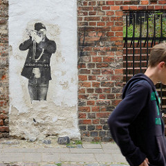 Wandbild auf alter Backsteinmauer in Toruń - Fotograf mit Kamera; # uśmiechnij się = lächle !