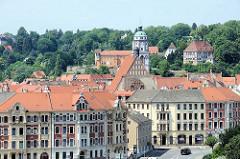 Blick über die Elbe auf die Dächer der Stadt Meißen - im Bildzentrum der Kirchturm der Frauenkirche am Meißener Marktplatz.