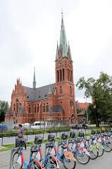 Neugotische St. Katharinenkirche, preussische Garnisionskirche in Toruń - erbaut 1897, Architekt Ferdinand Schönhals. Station für Fahrradverleih im Vordergrund