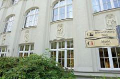 Gebäude der Porzellanmanufaktur Meissen an der Talstraße in der Stadt Meißen.  An der Fassade sind die Reliefs unterschiedlicher Porzellanberufe gezeigt.