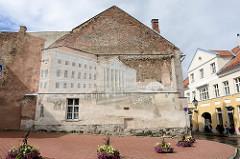 Hausfassade - Ziegelfassade mit Wandmalerei - historisches Bild von Tartu, Universitätsgebäude mit Kutsche.