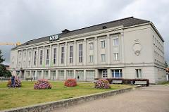 Verwaltungsgebäude / Bankhaus SEB in Pärnu - blühende Blumen.