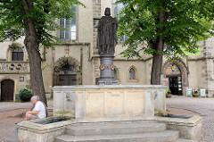 Heinrichsplatz in Meißen - Figur / Brunnen von König Heinrich I., der die Burg Meißen 929 gegründet hat. Der Brunnen und die Skulptur wurden 1863 errichtet.