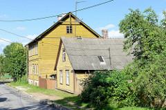 Holzhäuser, Wohnhäuser mit Holzfassade - Einzelhaus mit Satteldach aus Wellplatten; Architektur in Tartu, Straße Marja.