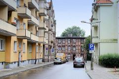 Wohngebiet inToruń, schlichte Wohnblocks mit Balkon - historisches mehrstöckiges Fachwerkhaus.