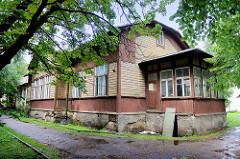 Altes Holzhaus mit Steinfundament, Veranda und Dachgiebel  - typische historische Landesarchitektur in Tartu.