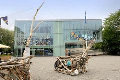 Gebäude der Öffentlichen Bücherei, Zentralbibliothek, / Keskraamatukogu in Pärnu - Holzskulpturen auf dem Vorplatz.