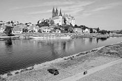 Blick über die Elbe zum Burgberg der Albrechtsburg in Meißen - spätgotisches Architekturdenkmal, einer der ersten Schlossbauten in Deutschland; errichtet 931. Dahinter der St. Johannis und St. Donatus Dom, Baubeginn um 1260 - gotische Hallenk