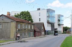 Schiefe Holzhäuser und moderner Wohnblock, Geschäftshaus - Architektur Neu + Alt in der Strasse Fortuuna in Tartu.
