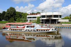 Restaurant / Bar am Ufer vom Emajõgi in Tartu; errichtet 1969 - Entwurf Voldemar Herkel. Fahrgastschiff Pegasus mit Touristen an Bord auf dem Fluss.