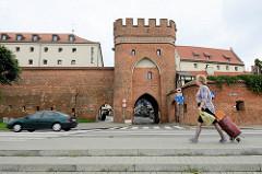 Historische Stadtbefestigung von Toruń - Stadtmauer mit Stadttor / Brückentor, Brama Mostowa.