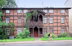 Zweistöckiges Fachwerkgebäude / Wohnhaus mit Holzbalkon, Ziergiebel und Windfang, Grudziadzka in Toruń.