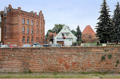 Alte Ziegelmauer  - Backstein / Industriearchitektur; re. im Hintergrund Teile der Burgruine der Ordensburg von Thorn.