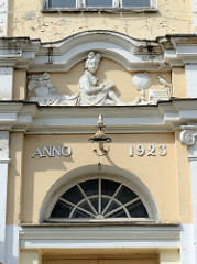 Fassadenschmuck - Mädchen, Schülerin mit Büchern - Eingangsportal der Tartu Karlova Kool.