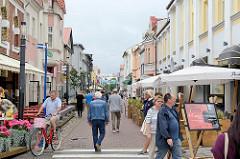 Fussgänger*Innenzone mit Aussengastronomie - Geschäftsstrasse Rüütli in Pärnu.