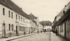 Altes Bild durch die Oschatzer Straße zum Oschatzer Tor in Belgern, Stadttor der ehem. Stadtbefestigung; Wohnhäuser - lks. ein Wein und Bierausschank.