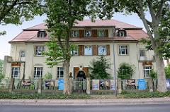 Leerstehende Fabrikantenvilla in der Dresdner Straße von Meißen; Fassade und Eingang mit Jugendstilfliesen verkleidet.