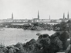 Historisches Panorama der Hamburger Altstadt - Kirchtürme und Rathausturm; Blick über die Aussenalster zur Lombardsbrücke und der Binnenalster.