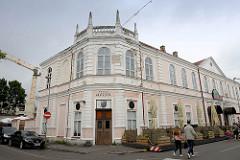 Geschäftshaus, Restaurant im Baustil der Gründerzeit - Säulenbrüstung auf dem Dach; Rüütli / Pärnu.