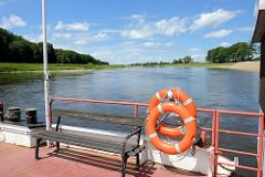 Flußüberquerung / Elbüberquerung mit der Elbfähre Belgern - Autofähre / Personenfähre über die Elbe zwischen Belgern und Tauschwitz. Gierseilfähre, Gierfähre - an langen Drahtseil hängende Fährverbindung, die zur Fortbewegung die Strömung des Flu