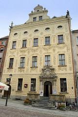 Dąmbski-Palast in Toruń - barocke Familien-Residenz, erbaut Ende des 17. Jahrunderts. Ab 1815 Hotelnutzung, 1870 von der preussischen Armee als Ofizierskasino verwendet - 1920 Sitz der Staatspolizei.