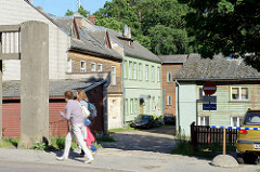 Hinterhof mit Wohnhäusern / Holzhäusern - Architektur im Baltikum; Tartu - Straße Narva maantee.